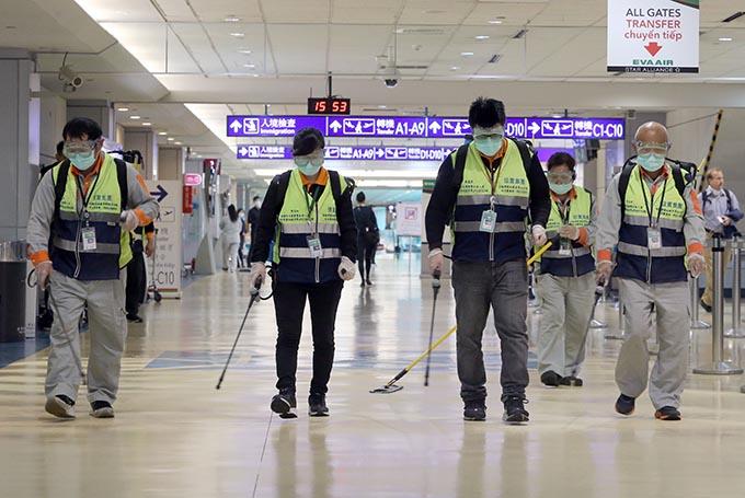 新型肺炎/台湾・桃園空港の消毒